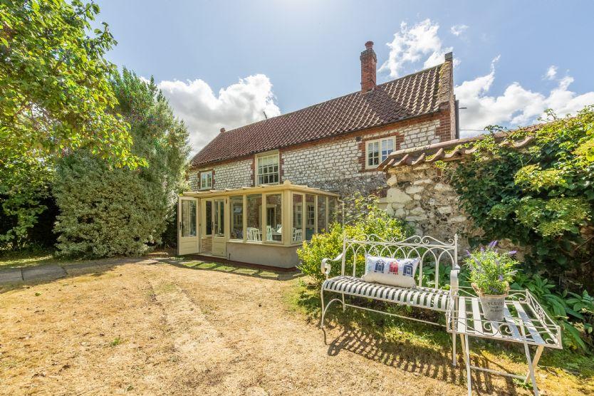 Chestnut Cottage a holiday cottage rental for 6 in Thornham,
