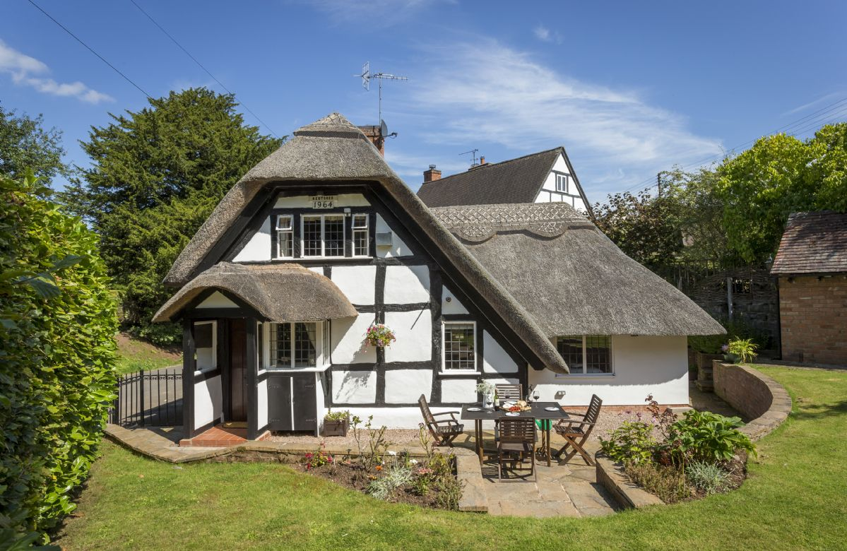 Corner Thatch a holiday cottage rental for 4 in Abbots Morton,