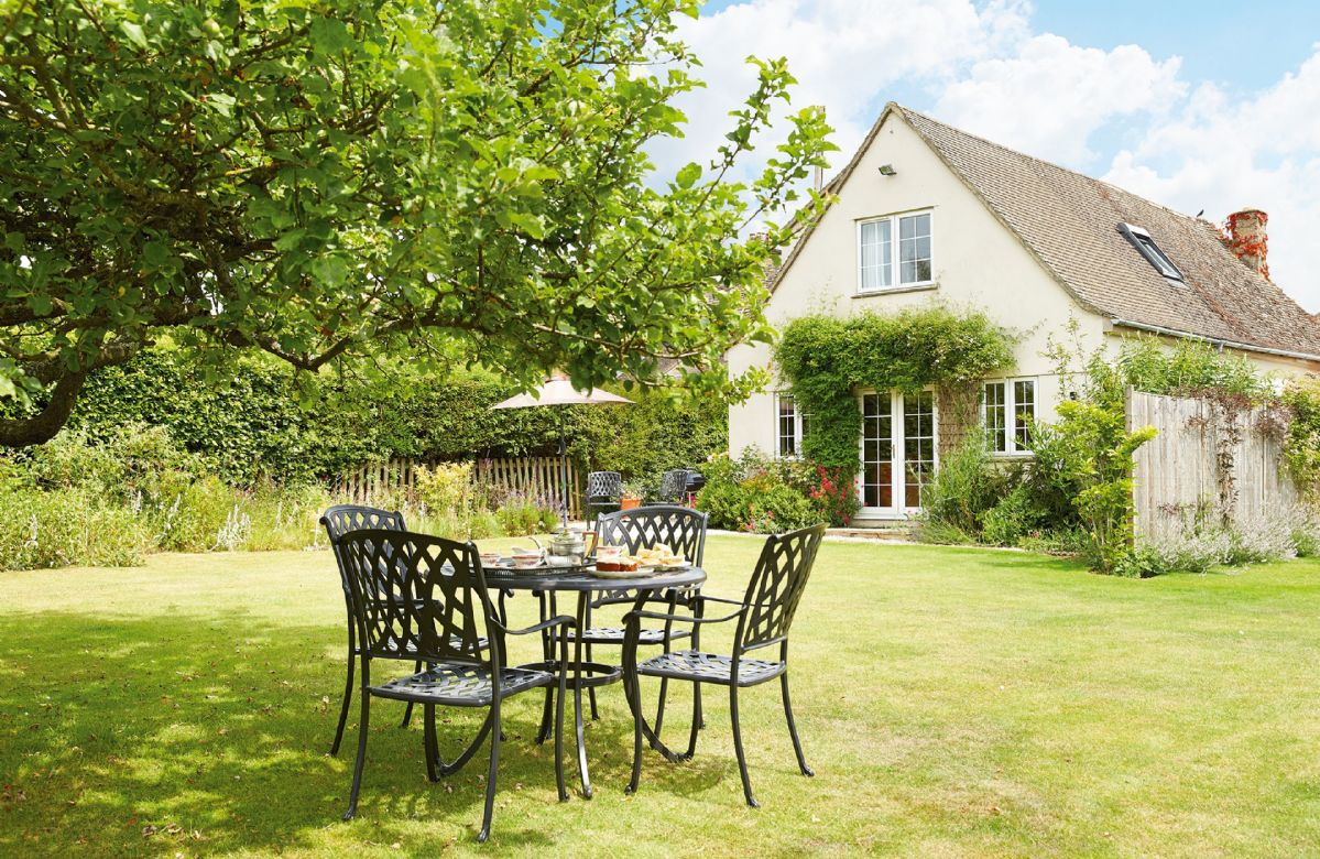Moore Cottage a holiday cottage rental for 4 in Bourton on the Water,