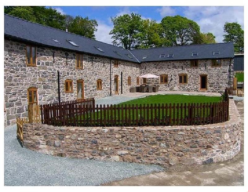 Castell Courtyard a holiday cottage rental for 24 in Llanrhaeadr-Ym-Mochnant,