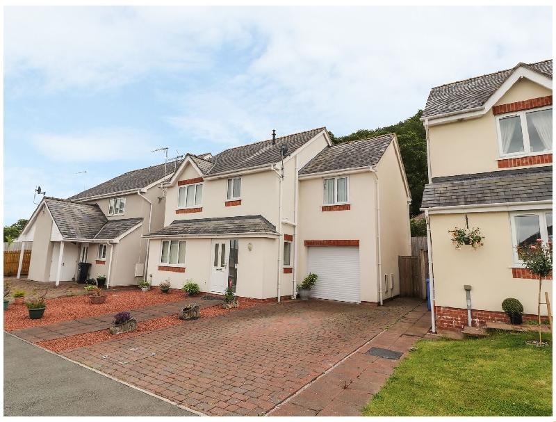 11 Maes Glyndwr a holiday cottage rental for 8 in Cynwyd,