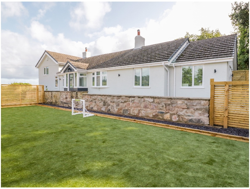 Pen-Y-Coed a holiday cottage rental for 10 in Abergele,