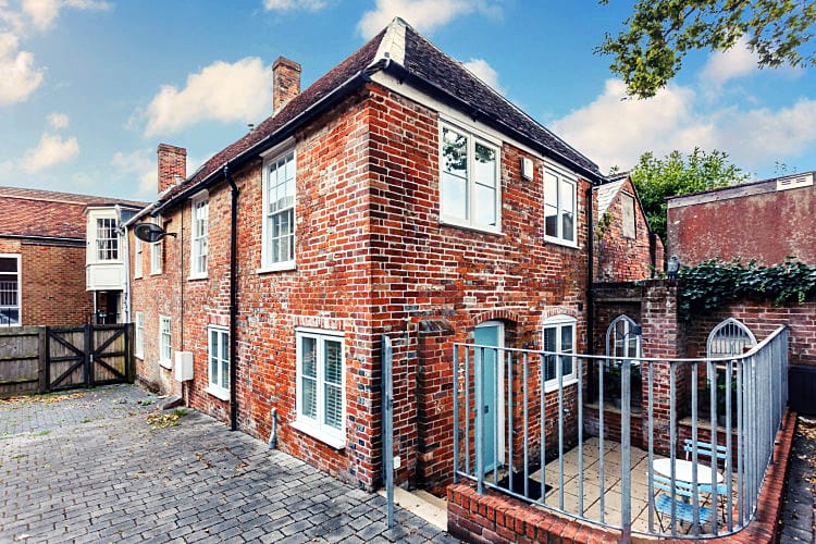Saltbox Cottage a holiday cottage rental for 4 in Lymington,