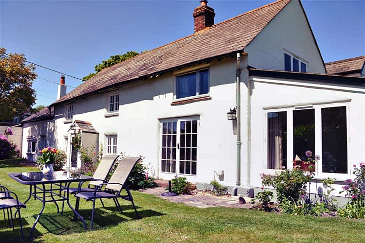 Walnut Tree Cottage a holiday cottage rental for 6 in Tiptoe,